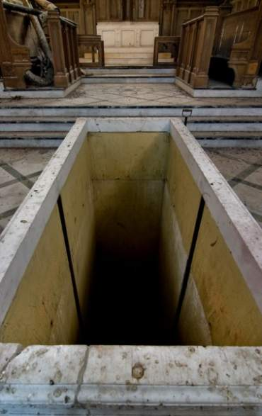 Hueco en el altar por el que se subían los féretros desde el sótano.