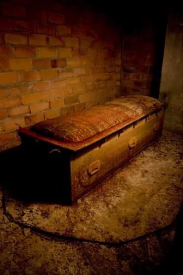 En un oscuro rincón del crematorio, está depositado un ataúd de acero, en el que, posiblemente, se metían los cuerpos de las personas que habían muerto de alguna enfermedad infecciosa.