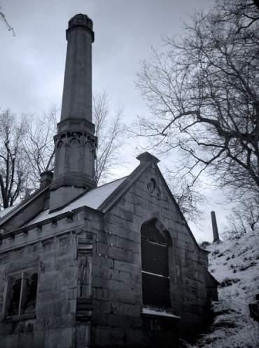 Otro interesante lugar es el crematorio, diseñado por J. Foster Warner, que se añadió a la capilla en 1912