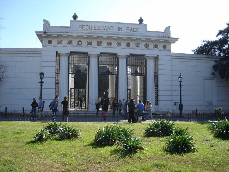 800px-buenos_aires_-_recoleta_-_entrada_cementerio