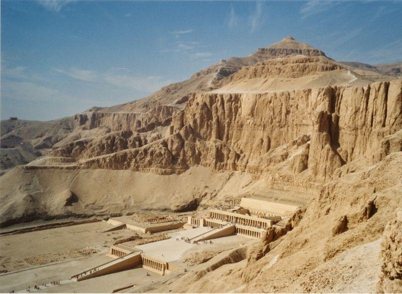 800px-tempel_der_hatschepsut_deir_el-bahari