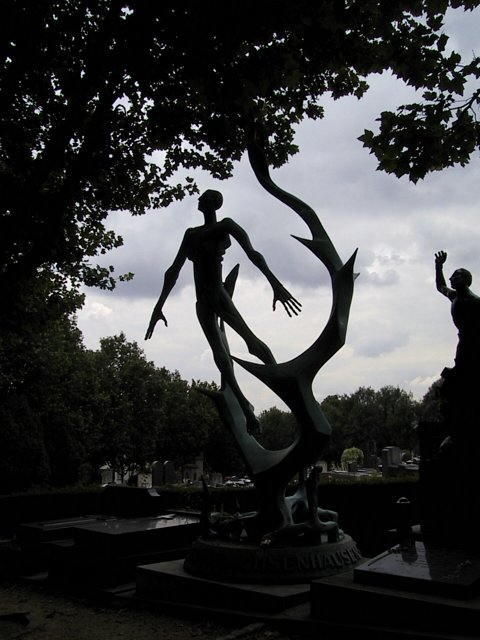 Cimetiere Pere Lachaise -statue bizarre 2