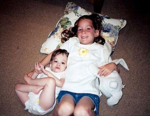 esta fotografía, Brooke con 8 años junto a su hermana Carly, de 5