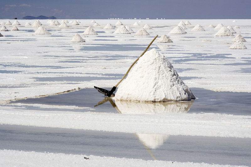 800px-SALT_Salar_de_Uyuni_Bolivia_Luca_Galuzzi_2006