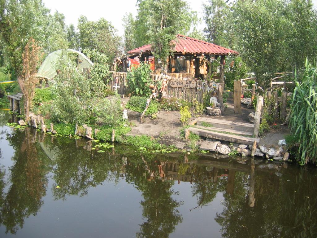 Lugares macabros la isla de las mu ecas de xochimilco for La casa de las munecas madrid