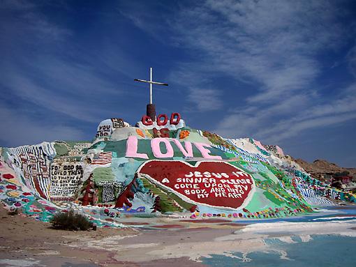 Salvation mountain. El hippie que construyó y pintó una montaña.