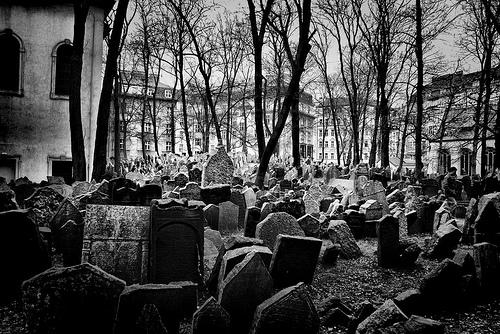 http://tejiendoelmundo.files.wordpress.com/2010/04/cementerio_judio_praga1.jpg?w=510