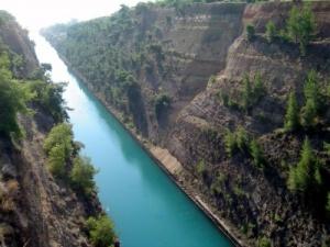 El Canal de Corinto, la milenaria historia del canal que cortó un país en dos.