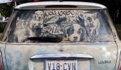 Dibujos artísticos en cristales sucios de automóviles.