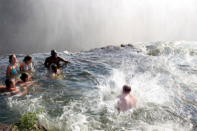 La piscina del diablo un ba o acariciando el abismo for Piscina del diablo en zambia