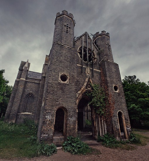 Rol ~ Cazadores de Sombras ~ Cementerio Abney Park Iglesia-abandonada