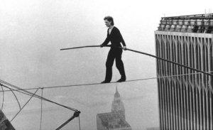 Philippe Petit, el hombre que atravesó las torres gemelas sobre un cable.