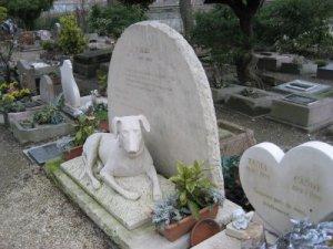 «Cimetiere des chiens», el cementerio de mascotas de París.