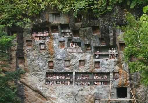 Los Toraja y los árboles de los niños muertos.-http://tejiendoelmundo.files.wordpress.com/2011/04/rock-caves-indonesia.jpg?w=510&h=357