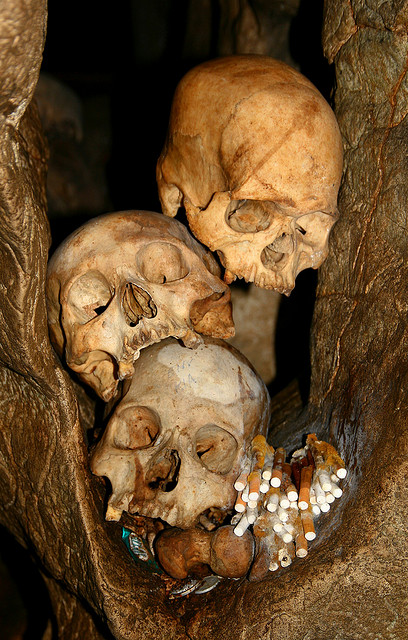 Los Toraja y los árboles de los niños muertos.-http://tejiendoelmundo.files.wordpress.com/2011/04/rock-caves-tana-toraja.jpg?w=408&h=640