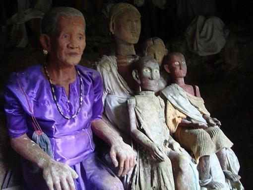 Los Toraja y los árboles de los niños muertos.-http://tejiendoelmundo.files.wordpress.com/2011/04/tana-toraja2.jpg?w=510&h=382