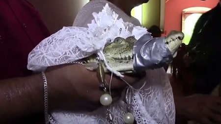 Hombre se casa con una lagarta por interés